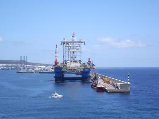 una plataforma petrolera en el puerto