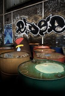 urbanas latas de barriles de petróleo