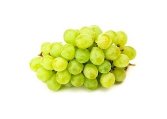 Uva verde aislado en blanco