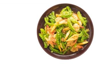 Vegetales fritos con camarones o gambas en plato