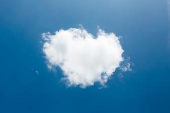 Verdadero corazón formas de las nubes en el cielo azul