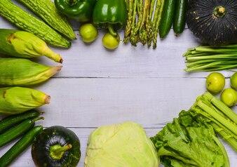 Verduras sobre una mesa