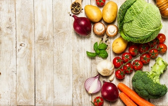 Verduras variadas sobre una mesa de madera