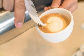 Verter la leche para mezclar el arte de Latte del café
