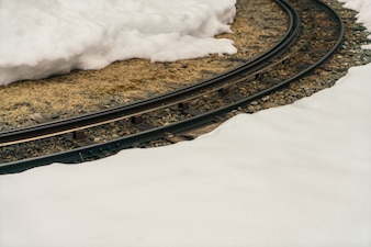 Vía del tren en la nieve