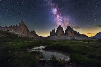 Vía Láctea por encima de Tre Cime di Lavaredo montañas