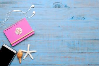 Viajes, accesorios de verano en madera azul