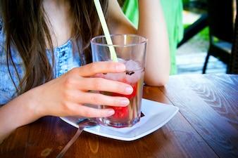 Vidrio de jugo frío en el día de verano caliente.