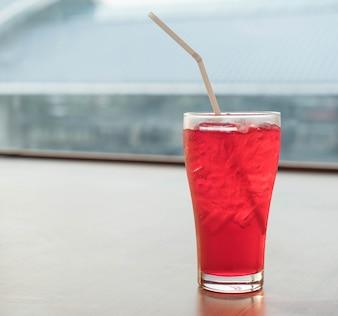 Vidrio de soda rojo helado