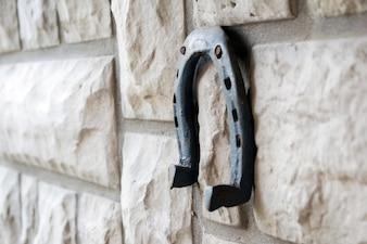 Vieja herradura oxidada sobre un fondo de piedra