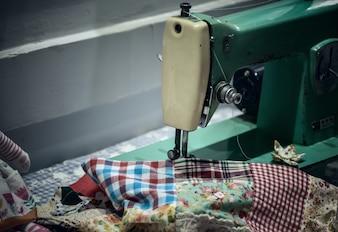 Vieja máquina de coser de la mano de la vendimia. Enfoque selectivo