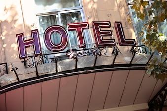 Vieja señal de hotel