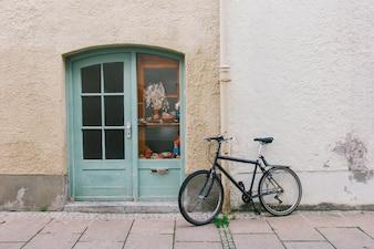 Viejo, bicicleta, estacionamiento, frente, puerta, casa