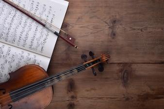 Vista cenital de violín y partitura
