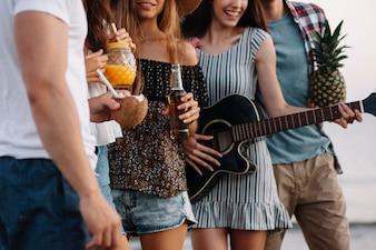 Vista de cerca de un grupo de amigos en una fiesta de playa