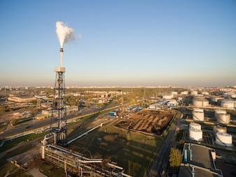 Vista de la gran refinería de petróleo