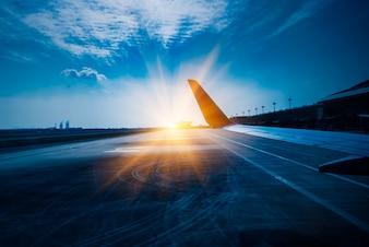 Vista del ala del avión de aire durante el despegue o el aterrizaje