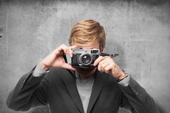 Vista frontal de ejecutivo tomando una foto