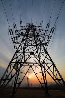 Vista frontal de torre de luz