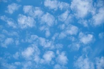 Vista inferior de cielo con nubes