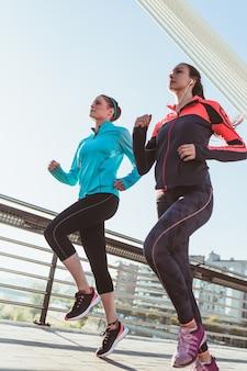 Vista inferior de mujeres corriendo