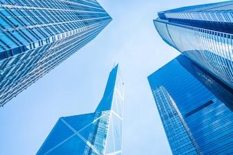 Vista inferior de rascacielos de negocios