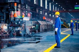 Vista interior de una fábrica de acero