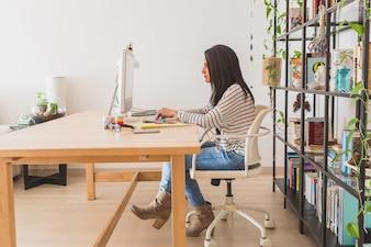 Vista lateral de empresaria trabajando en la oficina