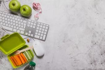 Vista superio de alimentos saludables con teclado