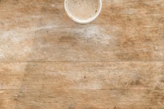 Vista superior de bebida caliente sobre mesa de madera