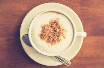 Vista superior de café caliente con canela