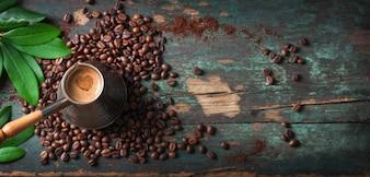 Vista superior de café sabroso con granos de café