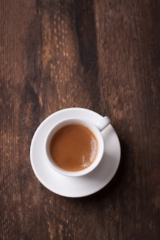 Vista superior de café sobre mesa de madera