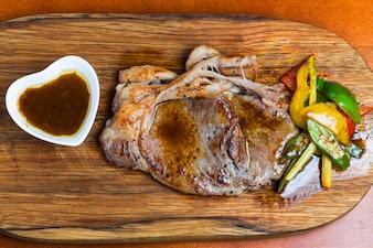 Vista superior de carne con verduras y salsa