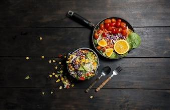 Vista superior de cena saludable con un tenedor y una cuchara