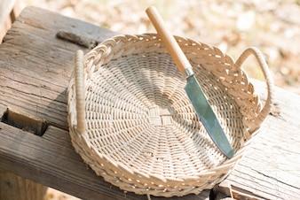 Vista superior de cesta con un cuchillo