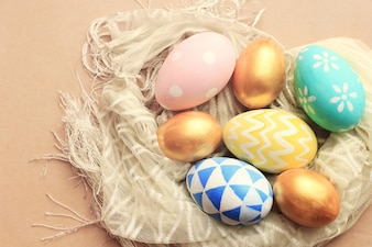 Vista superior de coloridos huevos de Pascua en tela con efecto de filtro retro