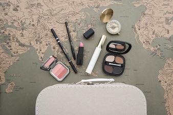 Vista superior de composición de viaje con elementos de belleza