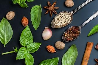 Vista superior de cucharas con semillas