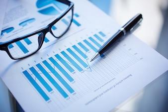 Vista superior de documentos de negocios en la mesa de oficina