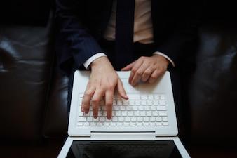Vista superior de ejecutivo sentado con un portátil