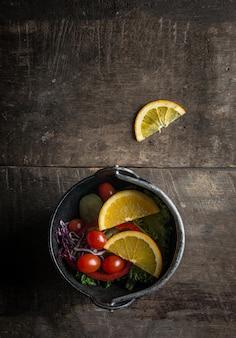 Vista superior de ensalada con rodajas de naranja