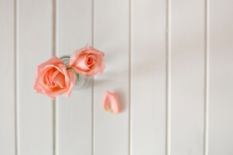 Vista superior de flores de primavera sobre superfice de madera