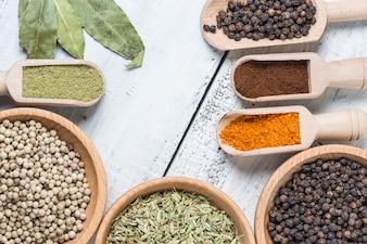 Vista superior de granos y semillas de colores