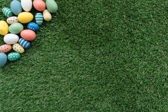 Vista superior de huevos de pascua sobre superficie de hierba
