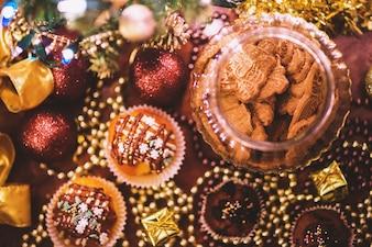 Vista superior de magdalenas y galletas para navidad