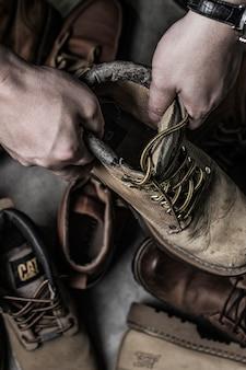 Vista superior de manos sujetando una bota