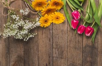 Vista superior de mesa con diferentes tipos de flores