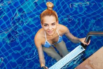 Vista superior de mujer atractiva en bikini en las escaleras