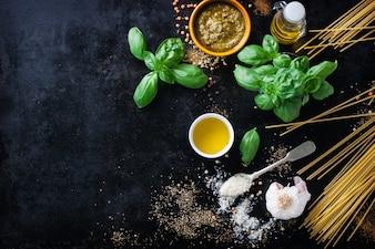 Vista superior de pasta fresca con hierbas aromáticas